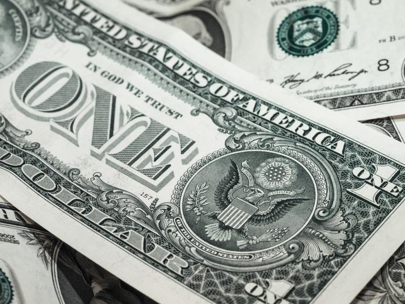 Dólar abre em forte alta e chega a bater R$ 4,98