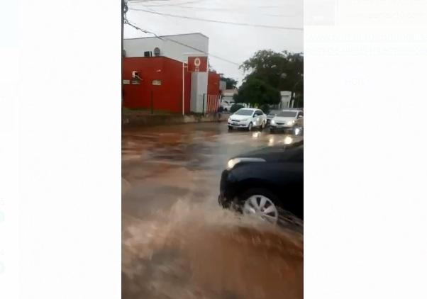 Chuva deixa vários pontos alagados e causa transtornos em Teresina