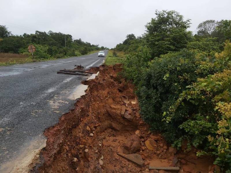 Fortes chuvas causam danos na PI 217 em São Francisco do Piauí