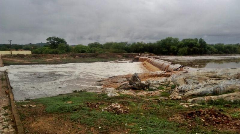 Barragem transborda após forte chuva caída no município de Pio IX