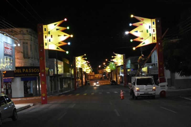 Avenida Getúlio Vargas recebe decoração de carnaval