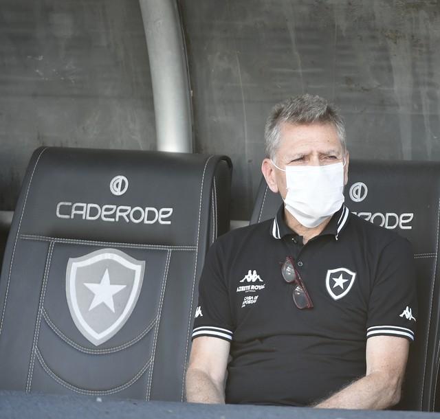 Paulo Autuori usou máscara na partida contra o Bangu como forma de protesto — Foto: André Durão