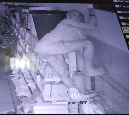 Bandido é filmado roubando supermercado em José de Freitas.