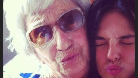 Em meio a isolamento, Isis Valverde se emociona com morte de avó