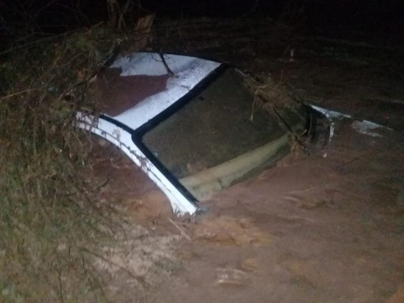 Barragem rompe, destrói estrada e soterra carros no Piauí