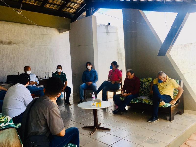 Corrente | Prefeito participa de reunião para tratar paralisação de obras