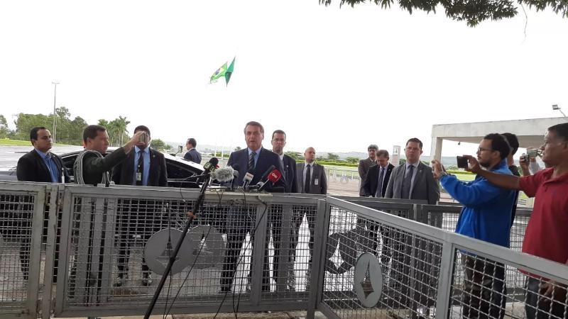 Bolsonaro ignora críticas e repete recomendação