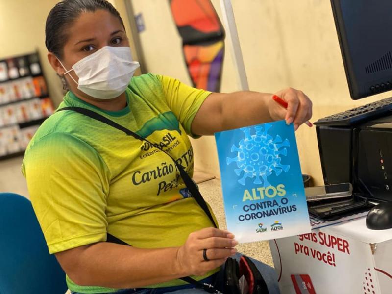 Equipe da Saúde de Altos distribui material informativo sobre coronavírus