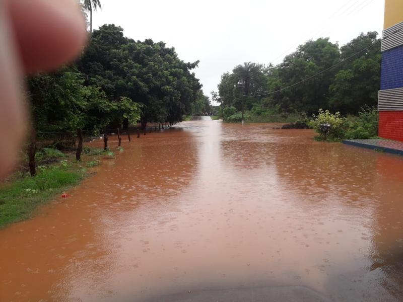 Rio Corrente transborda e deixa cidade ilhada