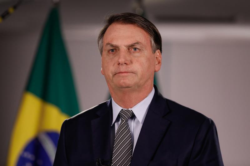 Bolsonaro diz que brasileiro mergulha no esgoto e não fica doente