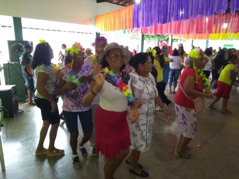 Idosos de São Pedro participam de festa de carnaval em Água Branca