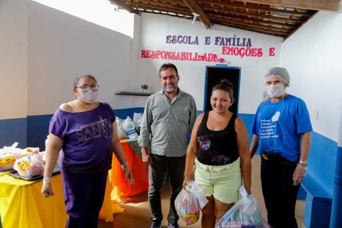 Prefeitura entrega cestas básicas a famílias carentes em Oeiras