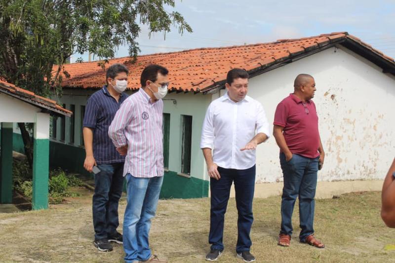 Zé Santana visita escola que será abrigo para moradores de rua