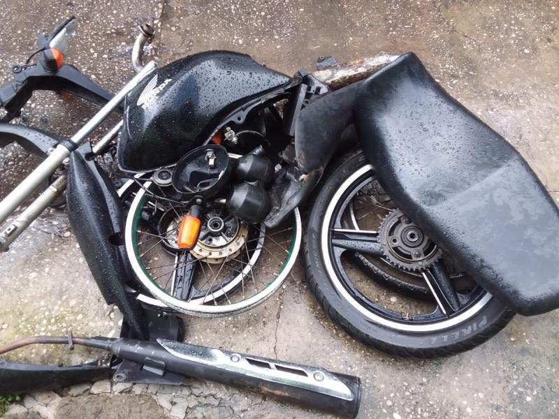 Após receber denúncia, polícia flagra suspeito desmanchando moto