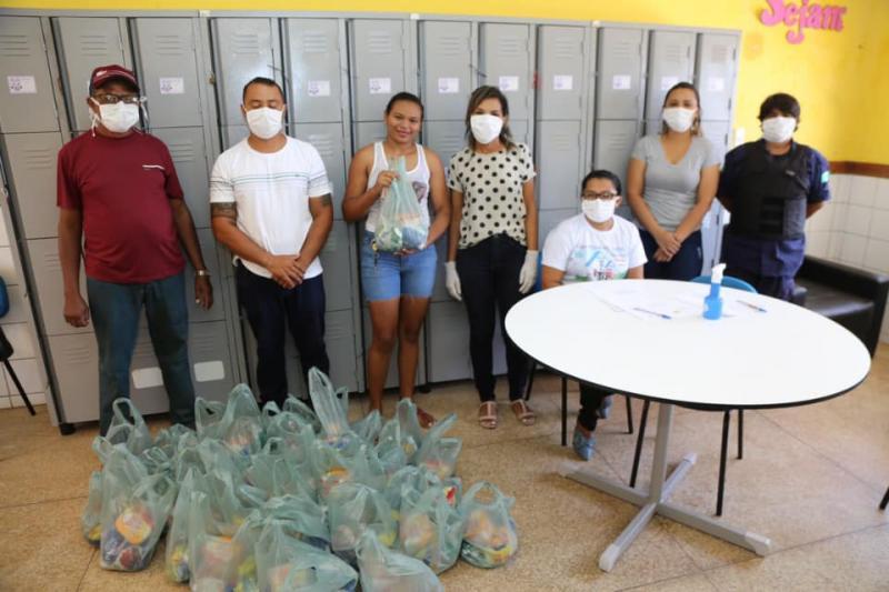 Famílias de alunos da rede municipal recebem kits de alimentação em Altos