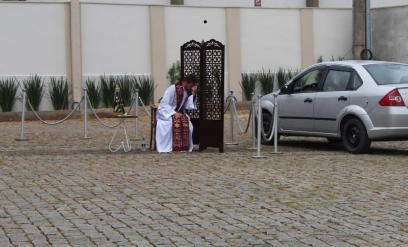 Quarentena leva padre a fazer confissão de fiéis por