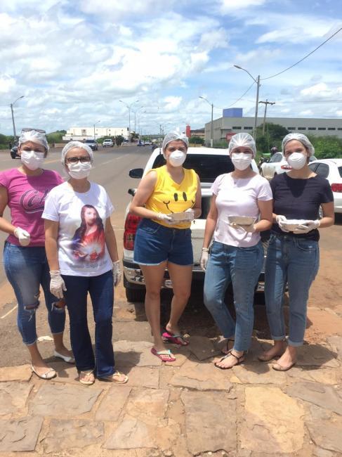 PICOS | Famílias distribuem marmitas a caminhoneiros que passam pela BR 316
