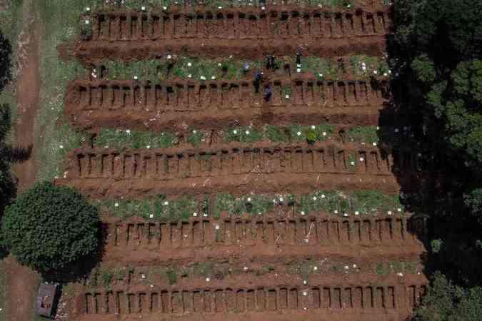 Com alta demanda, cemitério em São Paulo abre 90 covas por dia