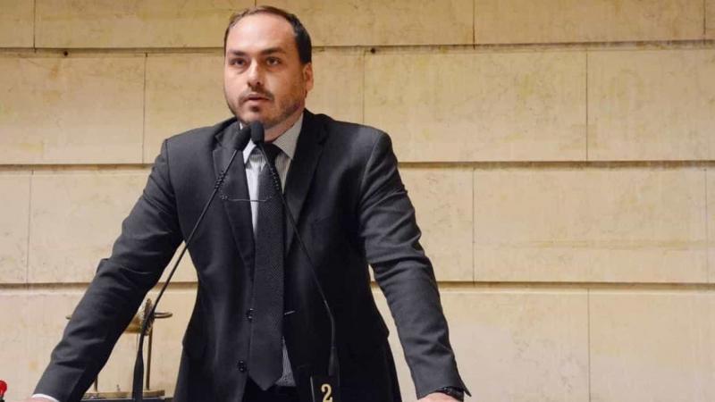 Carlos Bolsonaro insinua que Mourão conspira para derrubar o pai