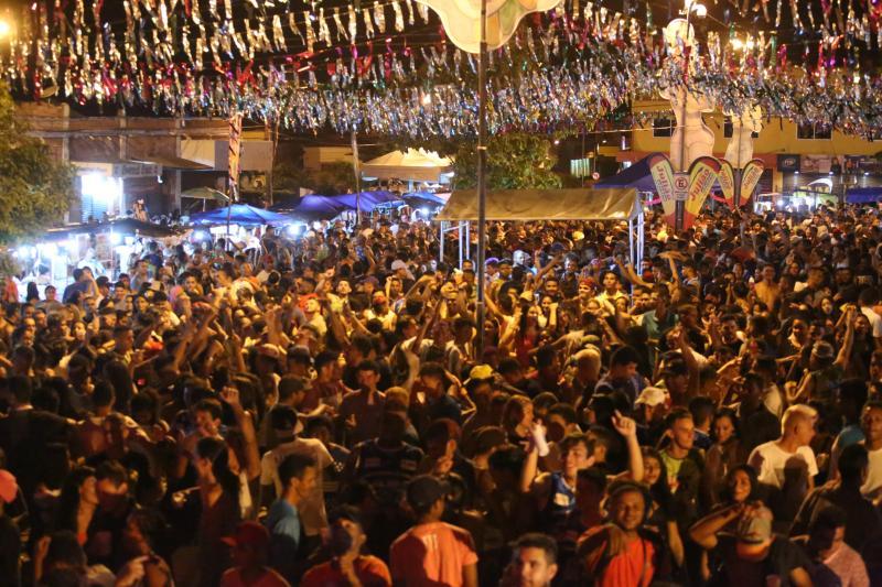 Primeira noite do carnaval de Altos atrai multidão de foliões