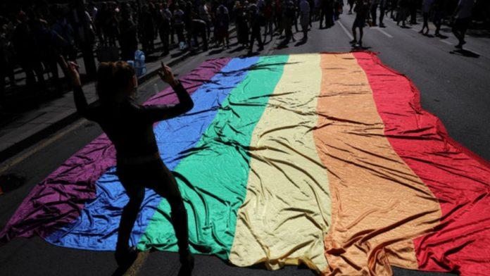 Pessoas LGBT são mais vulneráveis ao coronavírus por três razões