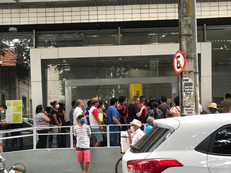Centro de Teresina registra movimentação de pessoas e aglomeração em bancos