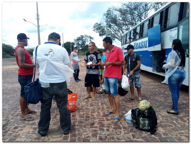 Equipe da Sáude de Inhuma abordam ônibus clandestinos que chegaram de São P