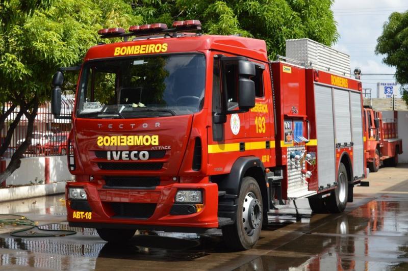 Bombeiros são acionados após incêndio atingir lojas em Teresina