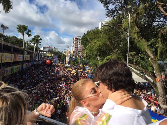 Piauiense Whindersson Nunes curte carnaval em Salvador com a namorada
