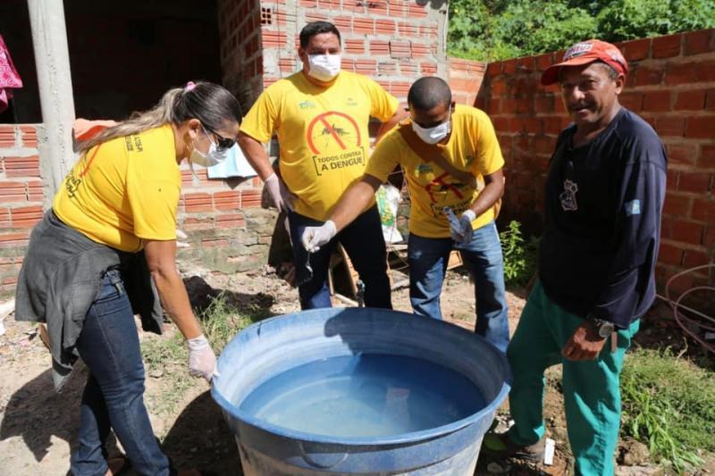 Agentes de endemias realizam ações contra a dengue em Altos