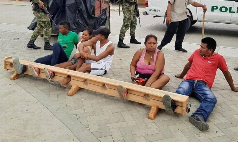 Na Colômbia, moradores são presos pelos pés após desobedecerem quarentena