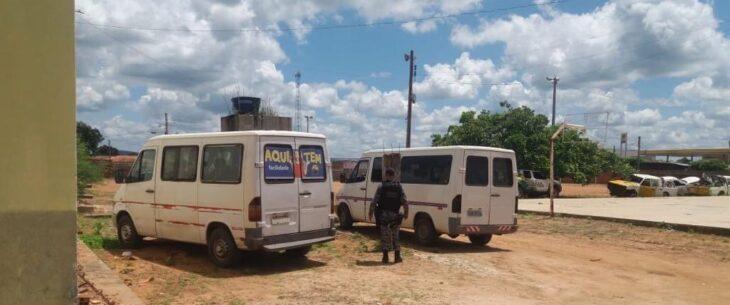 Vans são apreendidas por descumprirem decreto de viagens intermunicipais