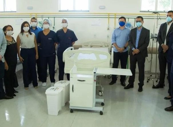 Além dos 12 leitos de UTI, o hospital também inaugurou 11 leitos de enfermaria prontos para serem usados na assistência aos casos moderados. A solenidade foi marcada ainda pela inauguração de um bloco de centro cirúrgico com quatro salas e três mesas para