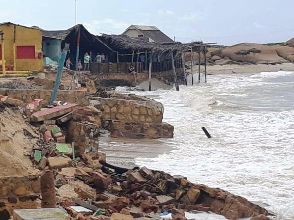 Barracas no litoral do Piauí são destruídas por maré violenta