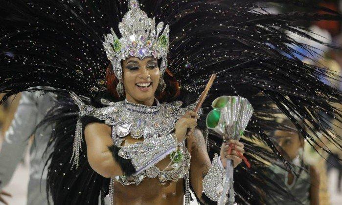 Escola de samba Mangueira faz crítica ao corte de recursos feito pela prefeitura em desfile