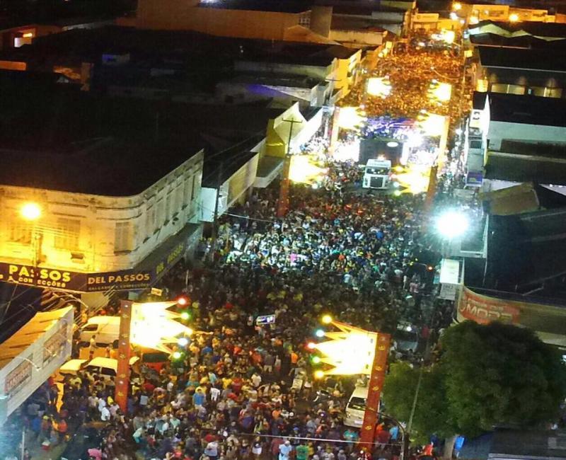 Oz Bambaz arrasta multidão na segunda noite de carnaval em Floriano