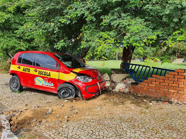 Após assalto e perseguição, carro de autoescola colide em muro da UFPI