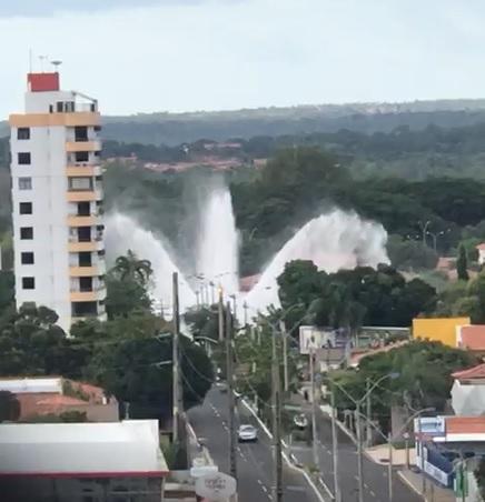 Adutora rompe e forma enorme tromba d'agua em Teresina