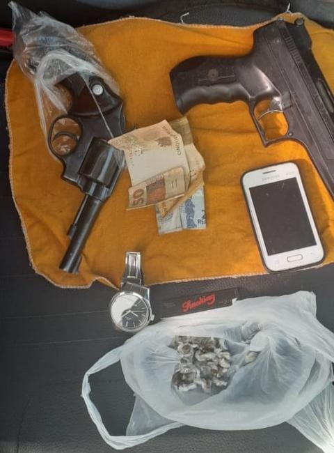 Polícia apreendeu duas armas, drogas, dinheiro e outros objetos com os suspeitos — Foto: Divulgação/SSP-PI