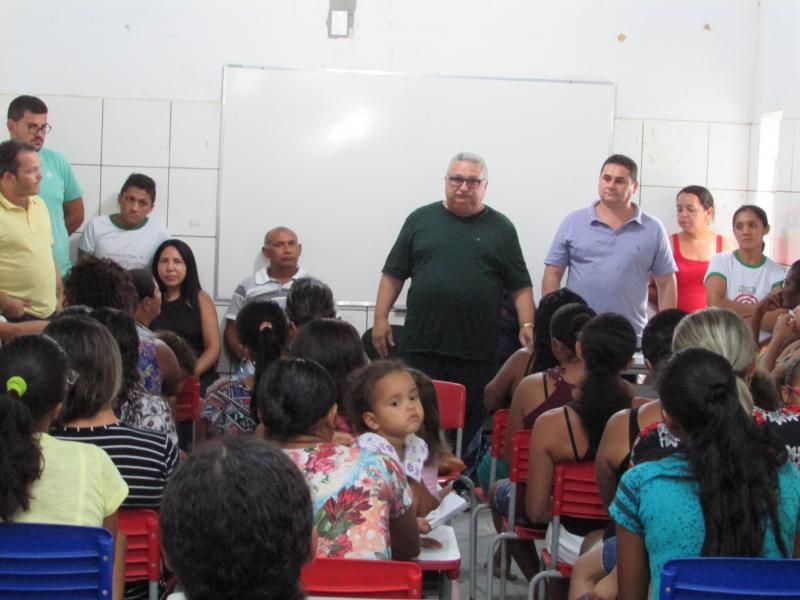 Prefeito Dr Alcione participa de reunião com pais de alunos da escola Antônio Basílio