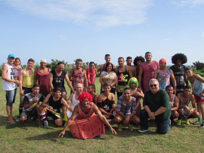 Jogo homens vestidos de mulher marca abertura das festas do carnaval em Lagoinha do Piauí