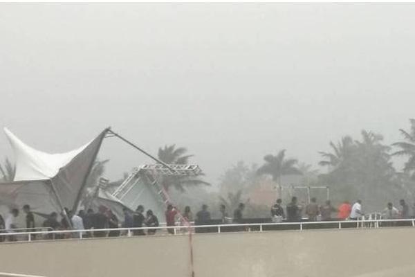 Chuva forte faz camarote de Henrique e Juliano cair em show