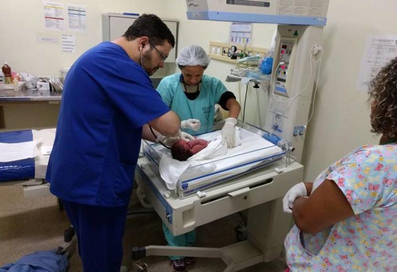 Bebê é achado ainda com cordão umbilical dentro de lixeira