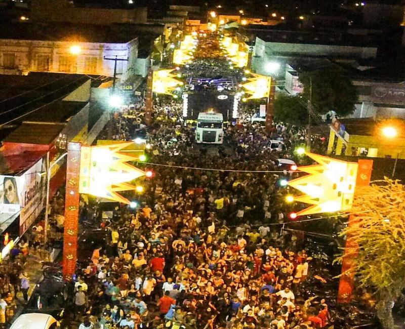 Ricardo Chaves anima multidão e marca a segunda de carnaval em Floriano