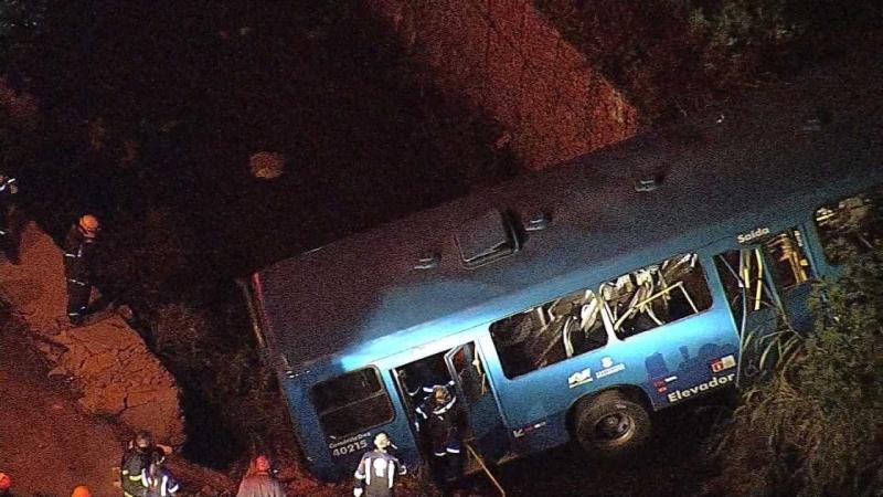 Ônibus cai em córrego, bate em barranco e mata cinco pessoas