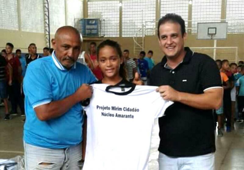 Secretaria de Assistência Social faz entrega de fardamento do Mirim Cidadão