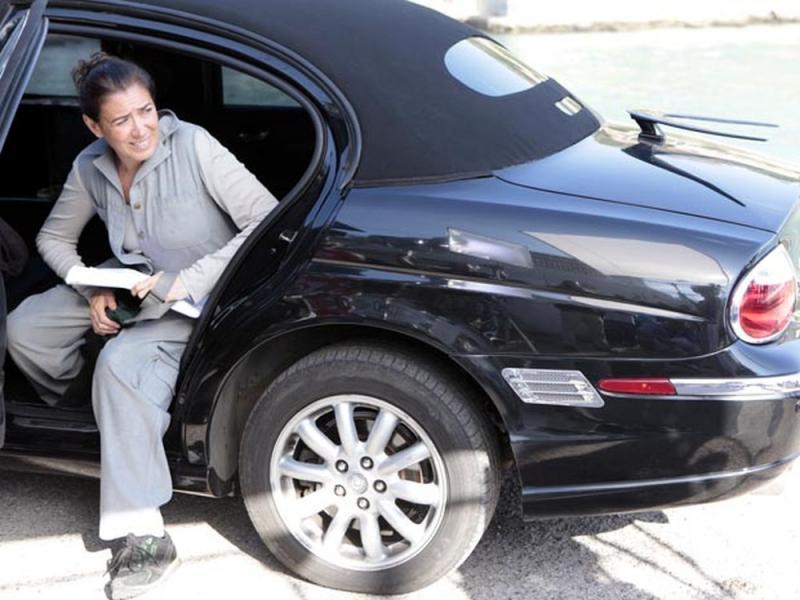 Fina estampa: Griselda chega em casa de limousine e despreza Antenor