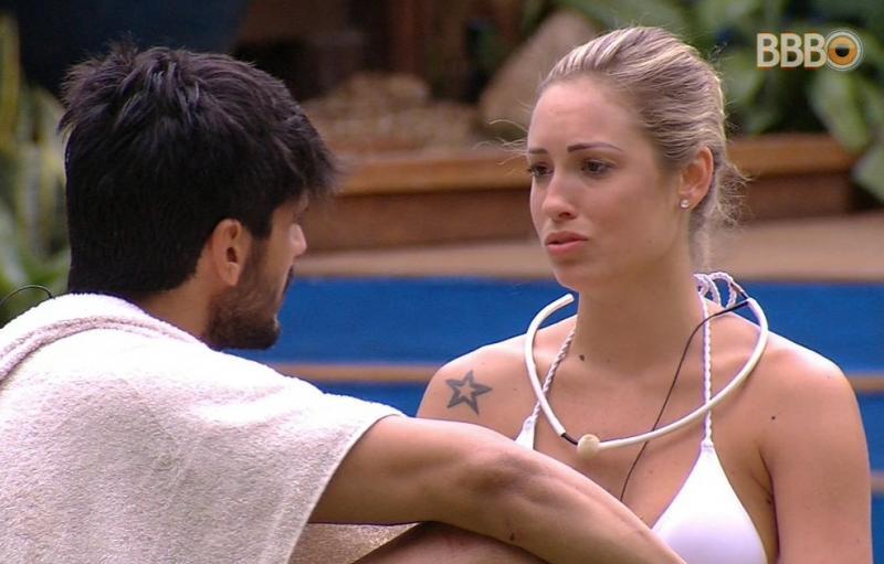 """BBB18: Lutando contra o """"desejo"""", Lucas pede a Jessica: """"Se afasta de mim"""""""