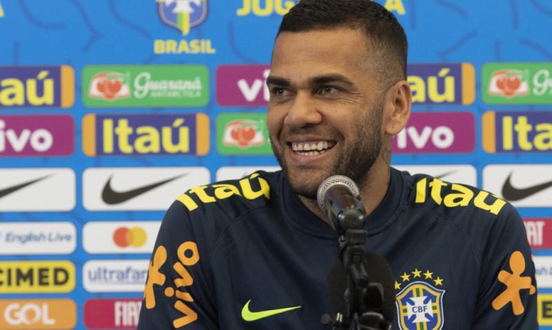 Daniel Alves diz que pensa em virar cantor