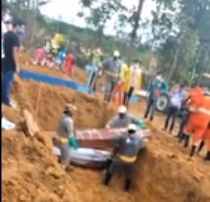 Valas comuns para vítimas de covid-19 são abertas em Manaus; veja vídeo
